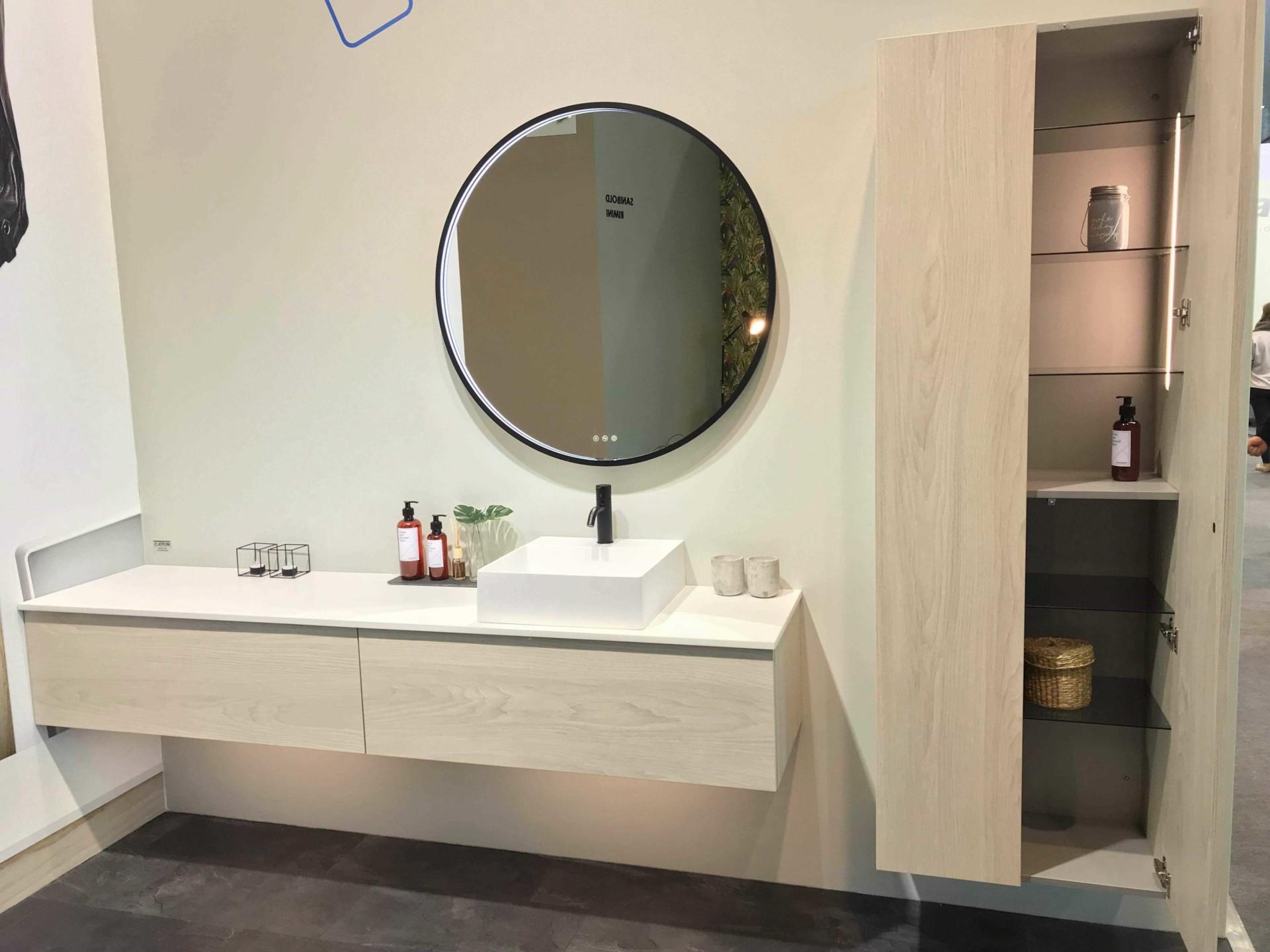 Vangvedvængets VVS armatur udstilling showroom badeværelse spejl vaskeskab håndvask